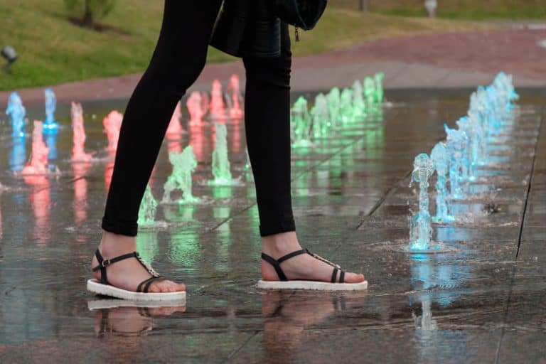 Sandals making noise when walking on a wet surface.